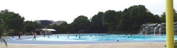 昭和記念公園のレインボープールの大波プール