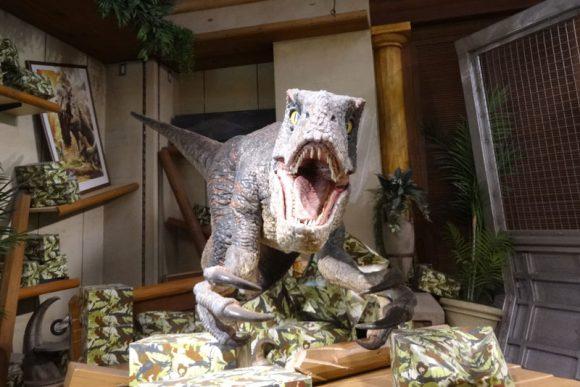 柳沢慎吾にしか見えないUSJのショップ「ジュラシック・アウトフィッターズ」にいる恐竜