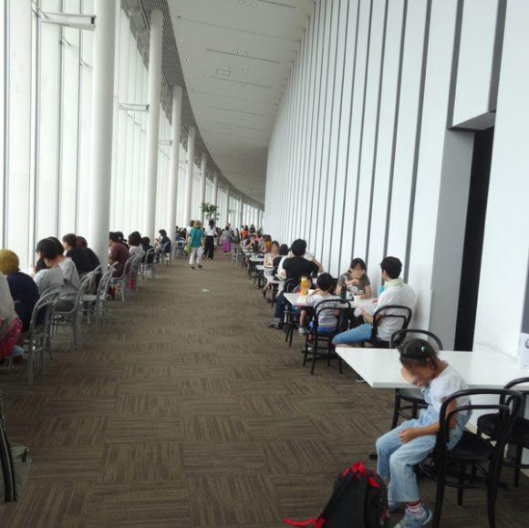 日本科学未来館の駐車場、ランチのレストラン、自動販売機、アクセスの情報まとめ・7階レストラン「Miraikan Kitchen」店内