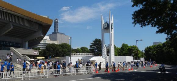 10_24時間テレビの武道館でやっている募金に行ってみた・募金が終わると北の丸公園の南側に促される