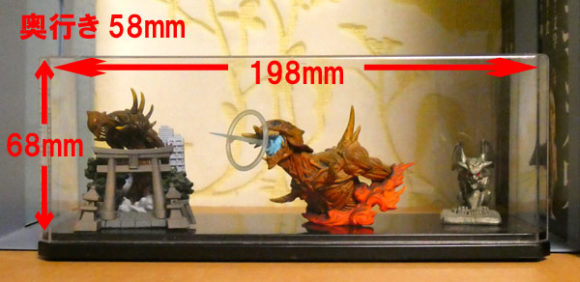 100円ショップダイソー、キャンドゥで見つけたフィギュアを入れるディスプレイケース・ワイドタイプ・巨神兵東京に現るの巨神兵フィギュア