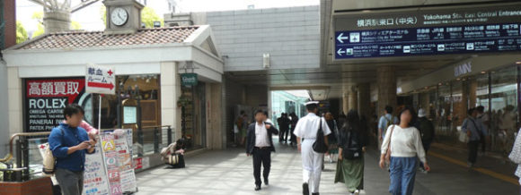 横浜駅直結の新設レジャー施設「アソビル」への道順・ポルタに行く下りの階段の前を右に曲がる