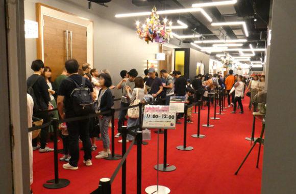 横浜駅直結の新設レジャー施設「アソビル」の2階。うんこミュージアムの入場を待つ列