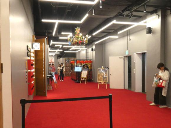 横浜駅直結の新設レジャー施設「アソビル」の2階の通路