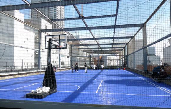 横浜駅直結の新設レジャー施設「アソビル」の屋上のバスケットボールコート