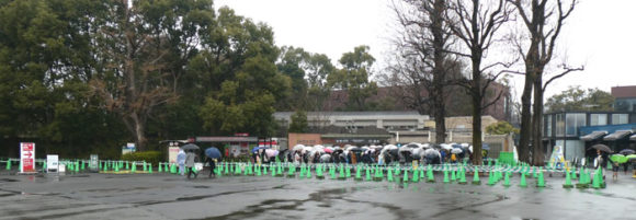上野動物園・パンダのシャンシャンを見るためにパンダ舎の前に並んでいる列