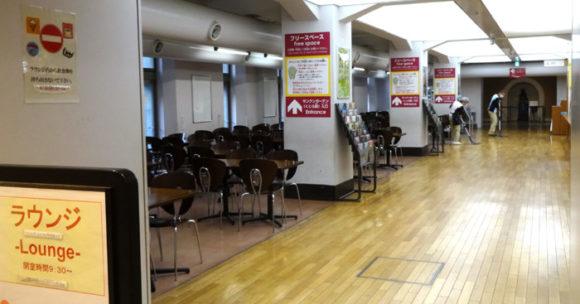 上野にある国立科学博物館の地下1階にあるカフェ、ラウンジ