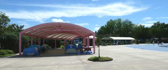 昭和記念公園のレインボープール・大波プールの周りにあるテントエリアもガラガラだった